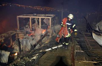 Incendio forestal alcanza 50 viviendas en Valparaíso, Chile