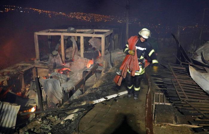 Durante la noche se adelantaron esfuerzos para controlar la emergencia. Foto: EFE
