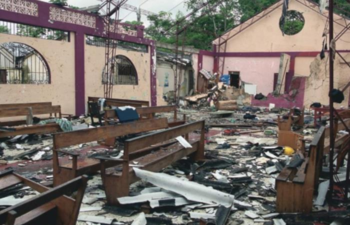 Así quedó la iglesia de Bojayá tras el cilindro bomba de las FARC, en 2002. Foto: Twitter
