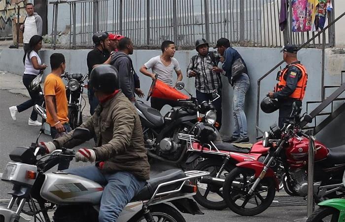 Civiles impiden paso de opositores a la Asamblea Nacional
