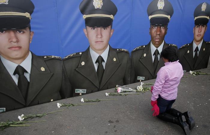 Mujer rinde un homenaje a los 22 cadetes que perdieron la vida en el atentado. Foto: EFE