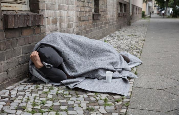 Habitante de calle durmiendo en un andén. Foto: Shutterstock