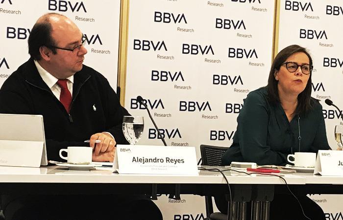 Alejandro Reyes y Juana Téllez, especialistas económicos para BBVA Colombia. Foto: Interlatin