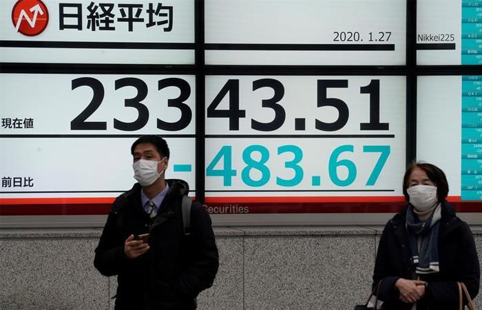 Ciudadanos japoneses ya han optado por el uso del tapabocas. Foto: EFE