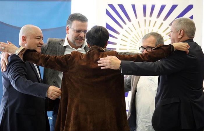 Víctima da un abrazo a miembros de la FARC y exparamilitares de las AUC. Foto: EFE