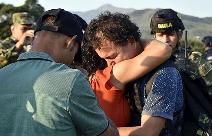 Celiar Martínez García abrazando a un familiar tras su rescate. Foto: EFE