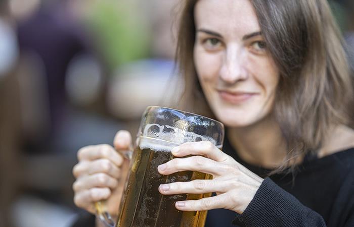 Entre más cerveza beben mujeres más fieles son