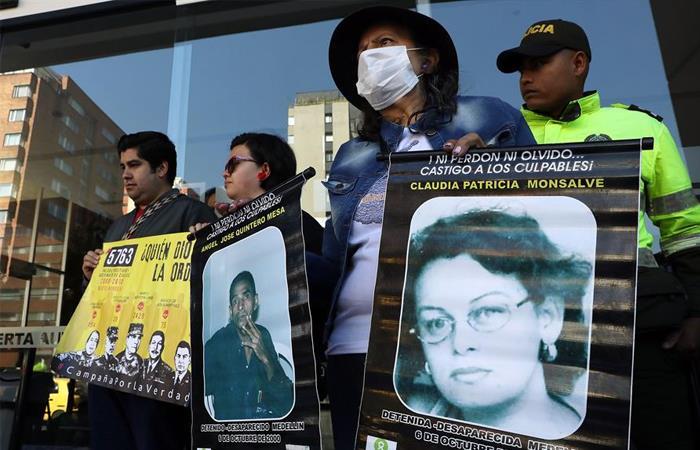 Víctimas de los 'falsos positivos' protestan ante el edificio de la JEP. Foto: EFE