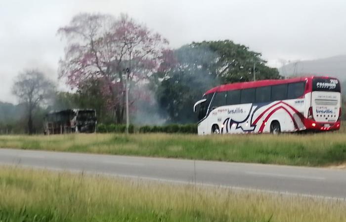 El bus fue quemado en el municipio de Pailitas. Foto: Twitter