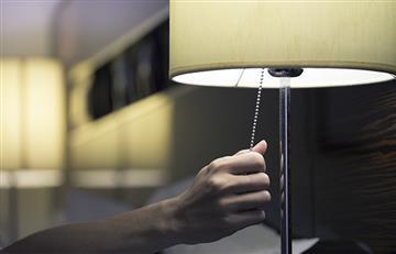 Dormir con la luz prendida engorda; los estudios lo demuestran