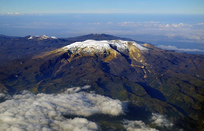 Volcán Nevado del Ruiz en Colombia visto desde arriba. Foto: Shutterstock
