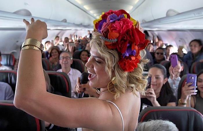 Adriana Lucía cantó sus canciones en vuelo a Barranquilla