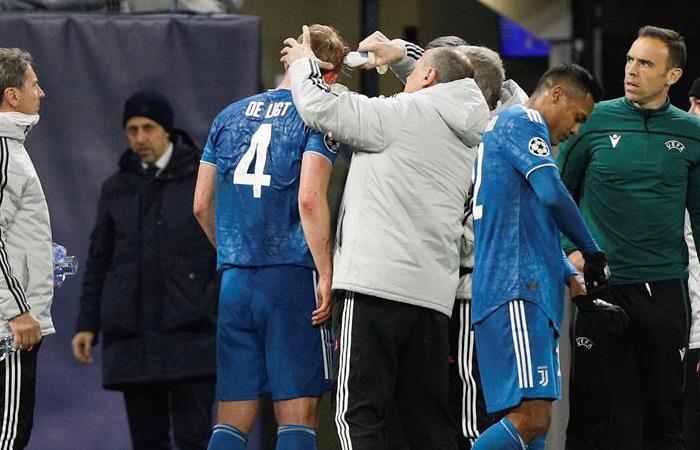 Matthijs de Ligt es atendido por el cuerpo médico de Juventus. Foto: EFE