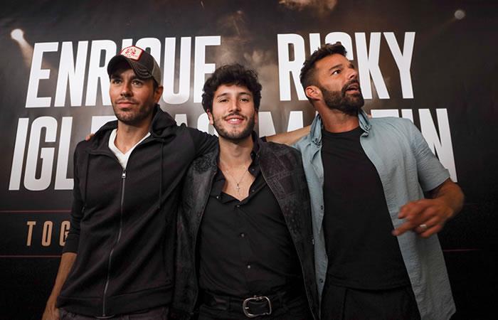 Sebastián Yatra junto a Ricky Martín y Enrique Iglesias. Foto: EFE