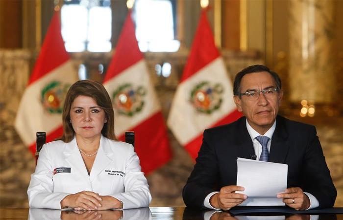 Presidente de Perú, Martín Vizcarra (d), junto a la ministra peruana de Salud, Elizabeth Hinostroza (i). Foto: EFE
