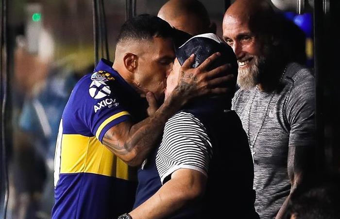Carlos Tévez y Diego Armando Maradona previo al partido ante Gimnasia y Esgrima de la Plata. Foto: EFE