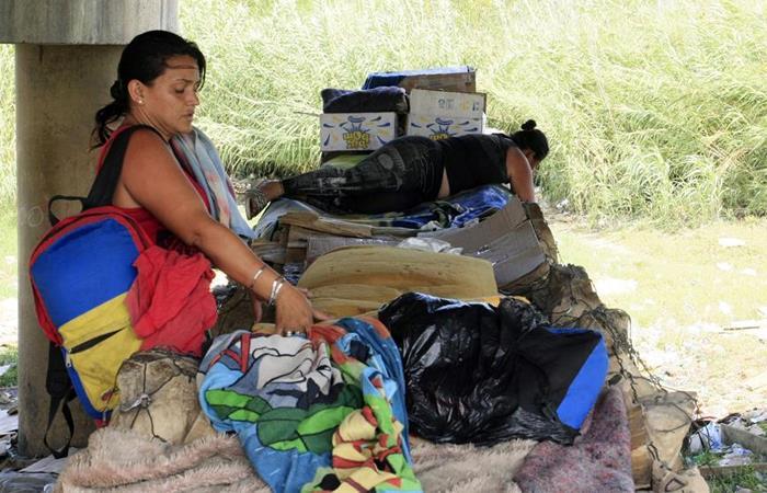 Migrantes venezolanas cruzan la frontera entre su país y Colombia. Foto: EFE