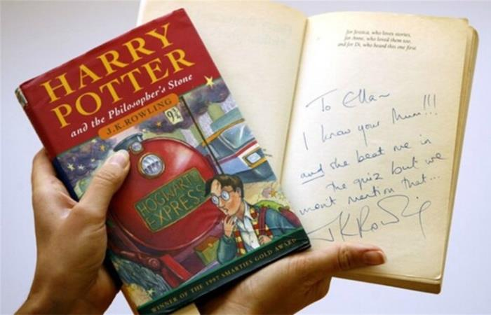 La edición de Harry Potter subastada está firmada por J.K Rowling. Foto: EFE