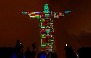 """[VIDEO] Cristo Redentor se """"vistió"""" con las banderas de los países afectados por el COVID-19"""