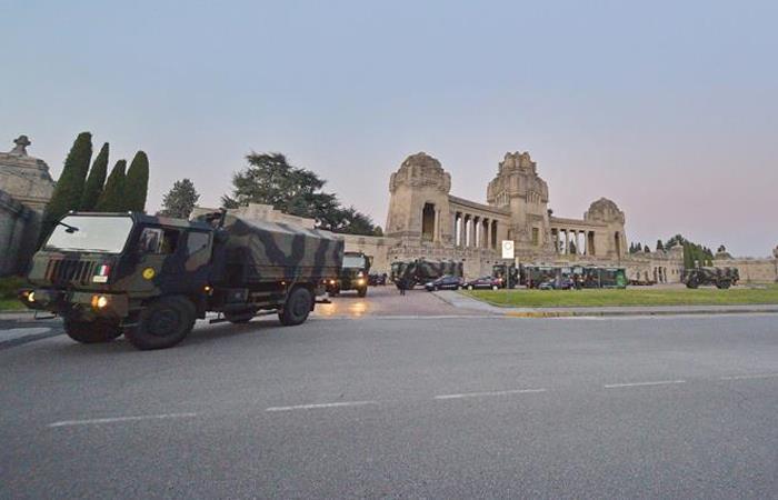 Filas de camiones con féretros en Bérgamo. Foto: EFE