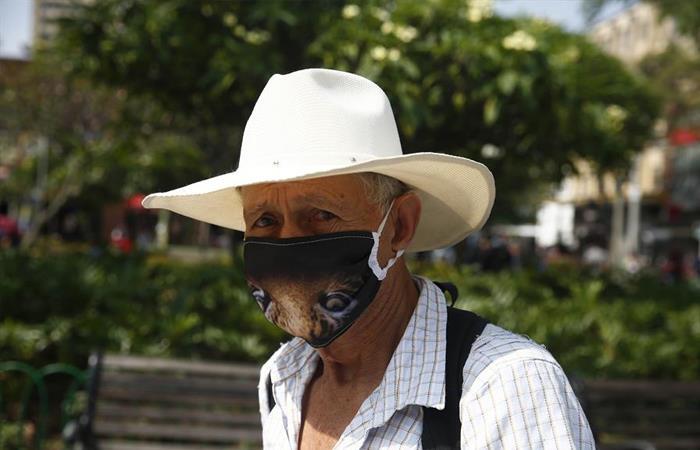 Habitantes de Medellín se protegen del virus con ayuda de un tapabocas. Foto: EFE