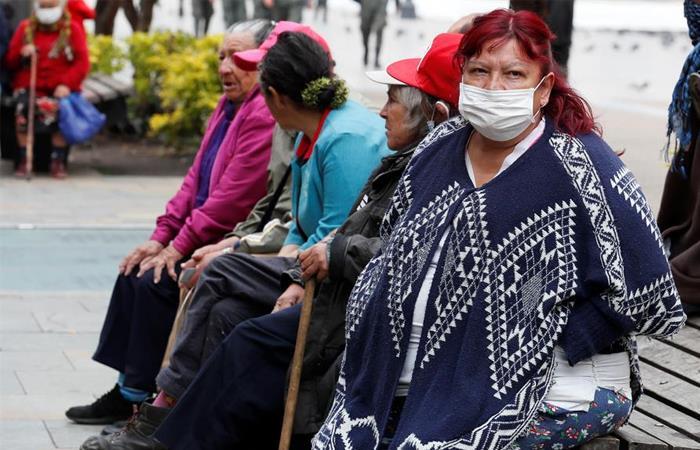 Las personas de la tercera edad recibirán un bono de 240 mil pesos. Foto: EFE