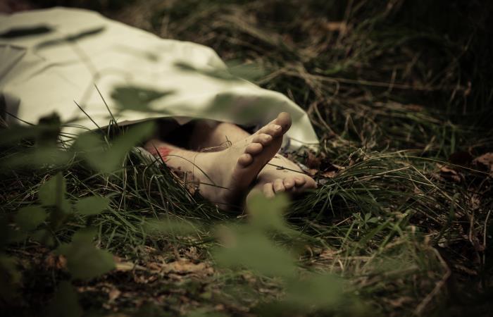 Cuerpo sin vida en un pastizal. Foto: Shutterstock