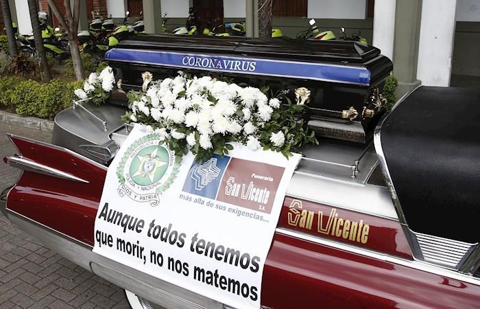 Coche fúnebre Medellín muertos coronavirus Colombia