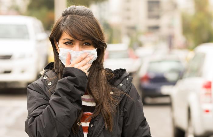 Mujer utiliza tapabocas para no contagiarse del COVID-19. Foto: Shutterstock