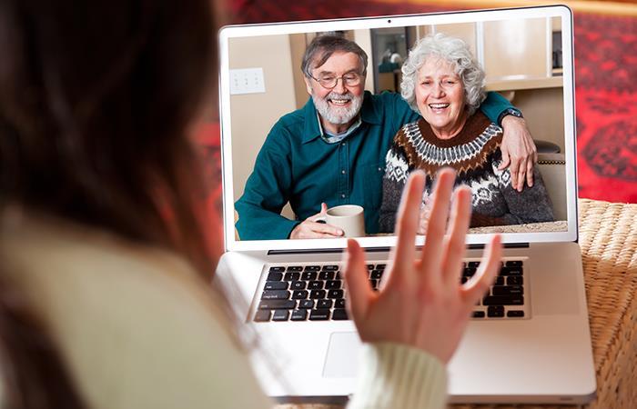 OMS pide jóvenes mantener contacto con padres y abuelos