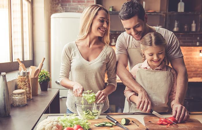 Cocinar con los niños, una opción saludable en cuarentena