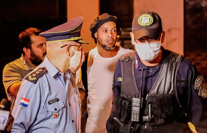 Ronaldinho sale de la cárcel hotel Paraguay fianza prisión domiciliaria