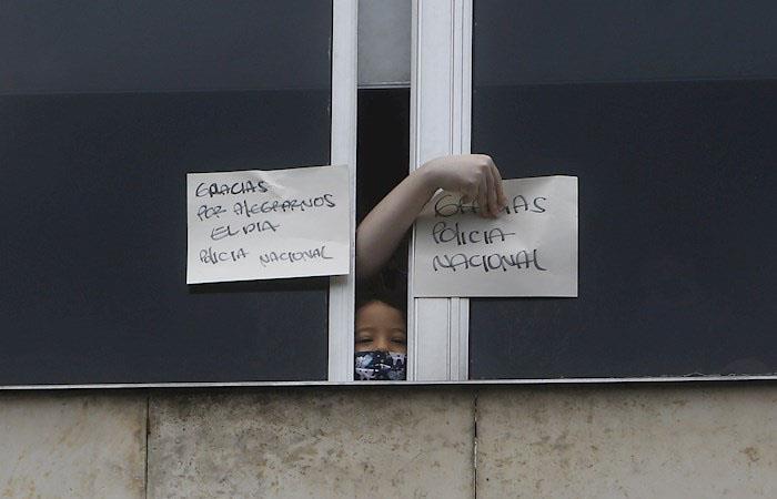 Los niños disfrutaron del show de la Policía desde las ventanas del hospital. (). Foto: EFE