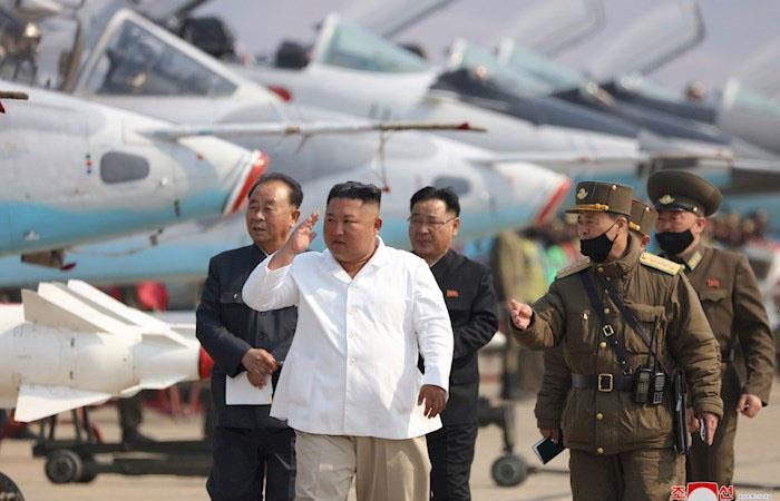 Kim Jong Un inspecciona una flota de aviones norcoreana. (). Foto: EFE