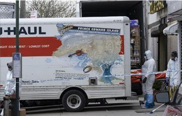 Por el mal olor, hallan cadáveres descompuestos en Nueva York dentro de camiones