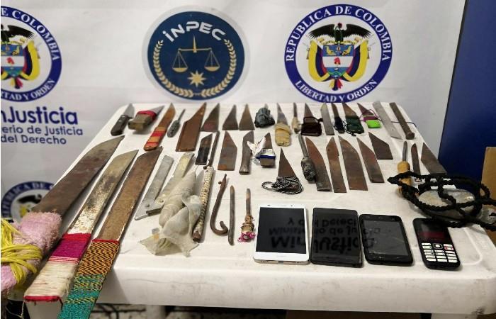 43 armas blancas y 04 celulares fueron decomisados. Foto: Twitter