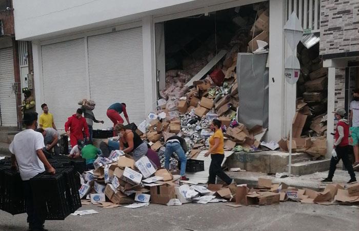 Varias personas salieron a la calle para ayudar a recoger los productos. Foto: Twitter