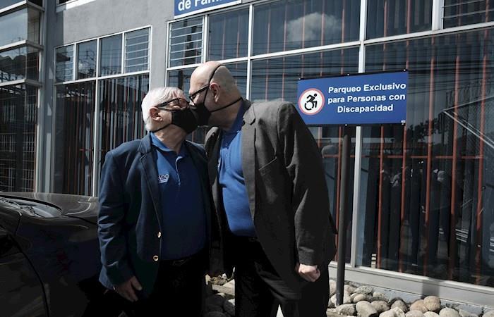 El activista de 76 años Marco Castillo (i) y su pareja Rodrigo Campos (d) se besan durante su boda en Costa Rica. (). Foto: EFE