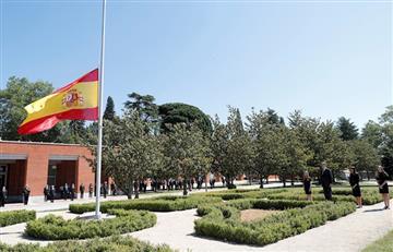 España recuerda a sus víctimas de COVID-19 con un minuto de silencio
