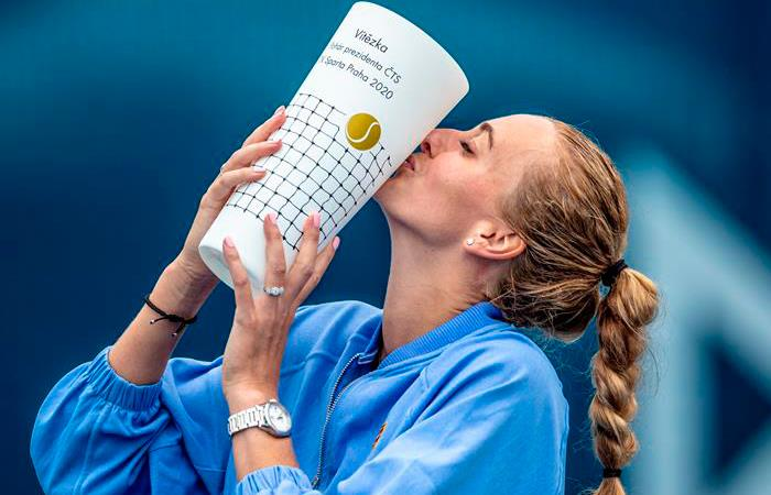 Petra Kvitova con su trofeo. Foto: EFE