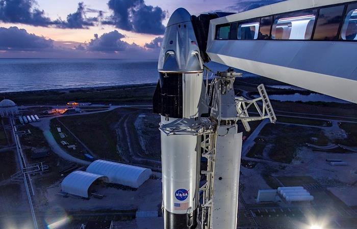 Este es el cohete Falcon 9 de SpaceX que lleva acoplada la cápsula Dragon Crew. (). Foto: EFE