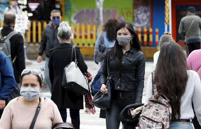 Ciudadanos recorren las calles durante la cuarentena por el coronavirus en Bogotá. (). Foto: EFE
