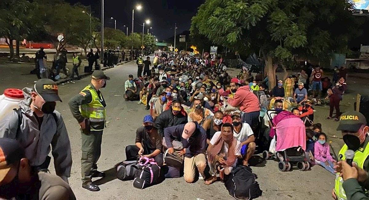 Ciudadanos venezolanos haciendo fila para cruzar a su país desde la frontera en Cúcuta. (). Foto: EFE
