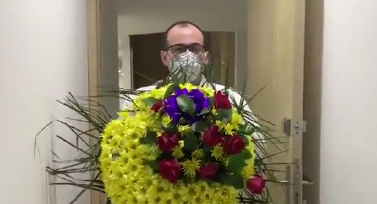 El médico afectado mostró el arreglo fúnebre que llegó hasta su domicilio. Foto: Captura video