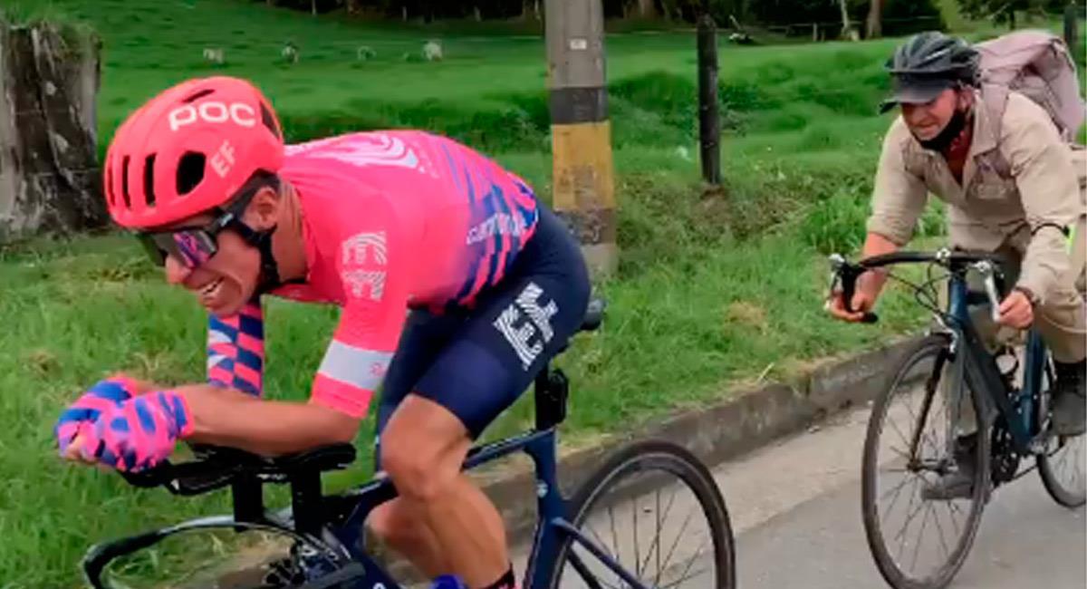 Rigoberto Urán en carretera con el campesino que 'lo retó'. Foto: Perfil Instagram @rigobertouran