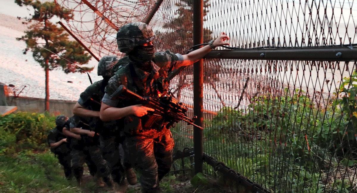 Soldados surcoreanos se cercioran de la destrucción de la oficina intercoreana en Corea del Norte. Foto: EFE