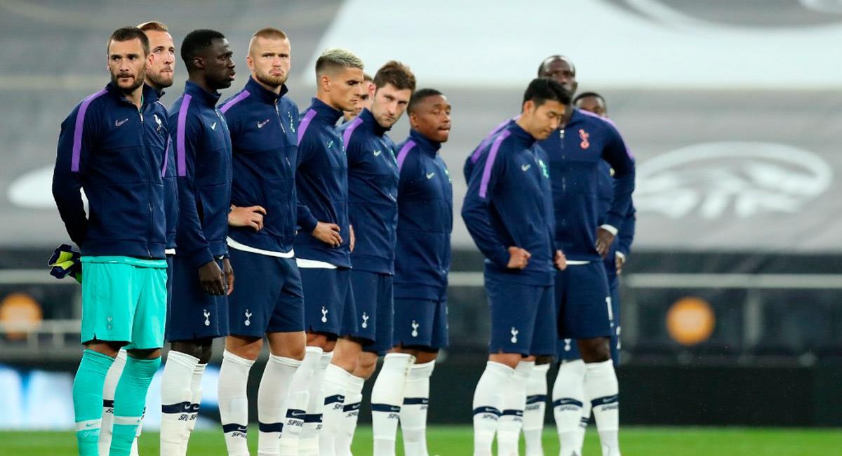 Davinson Sánchez con su equipo previo al partido ante Manchester United. Foto: Prensa Tottenham