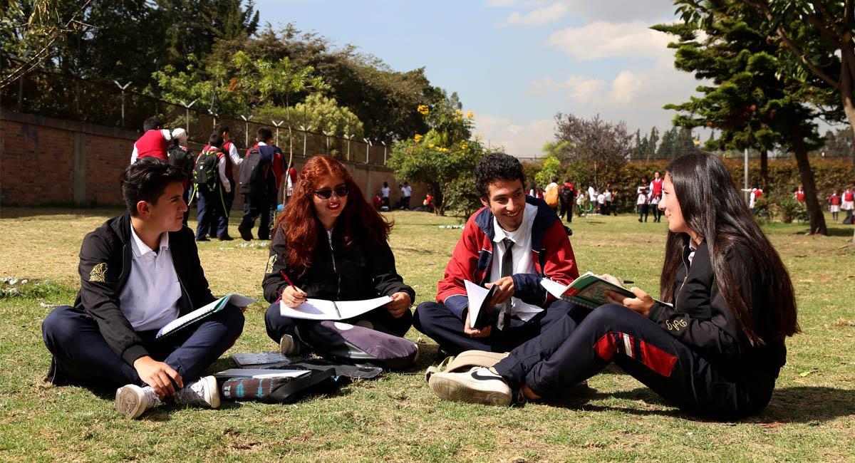 La convocatoria cubre a estudiantes activos o egresados después de 2010. Foto: Twitter / @Educacionbogota