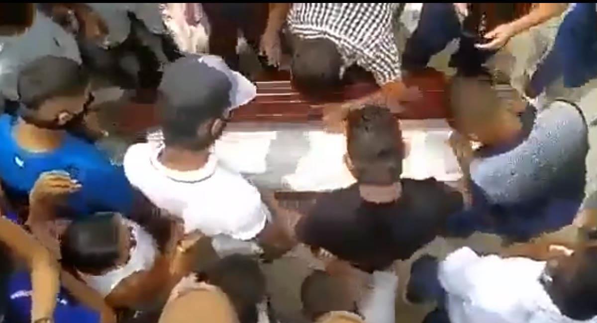 Los habitantes de Malambo querían reconocer el cuerpo del fallecido. Foto: Captura video