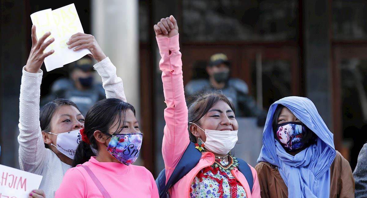 Mujeres embera protestaron frente al Cantón Norte en Bogotá. Foto: EFE